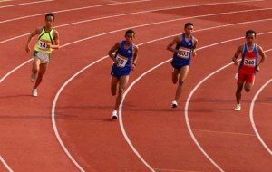 Pelari Jawa Barat, Abdul Haris (2kiri), melaju meninggalkan pelari lainnya saat perlombaan babak final 800 Meter putra Kejurnas Atletik 2009 di Stadion Madya, Senayan, Jakarta, Jumat (31/7)